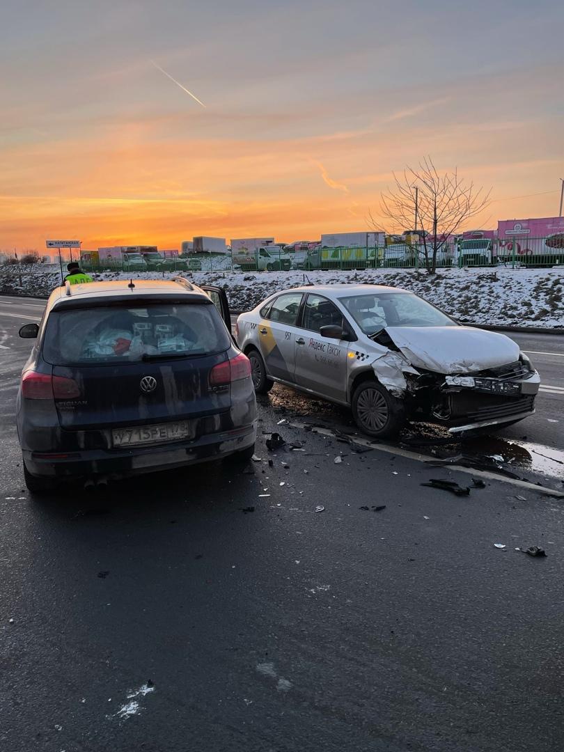 Два Фольксвагена столкнулись на Морской набережной 23. Одна из машин такси.