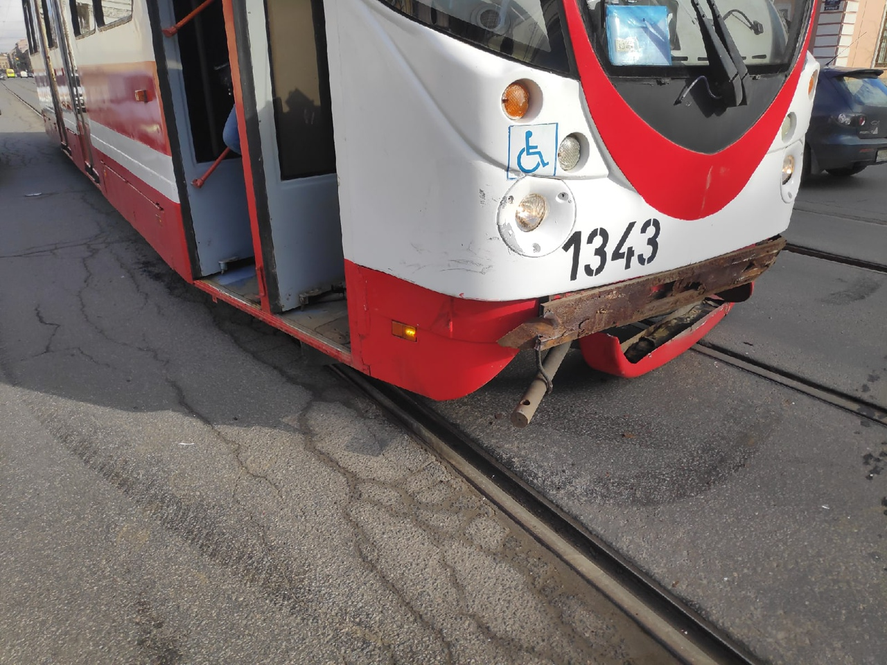 Volkswagen Туарег повернул перед трамваем на Троицком проспекте1 , Вагоновожатый ударил по тормозам...