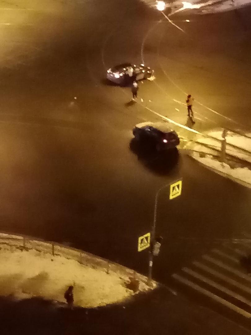 ДТП произошло на пересечении пр. Энгельса и пр. Луначарского. В 21:46. Столкнулись 2 автомобиля. Оди...