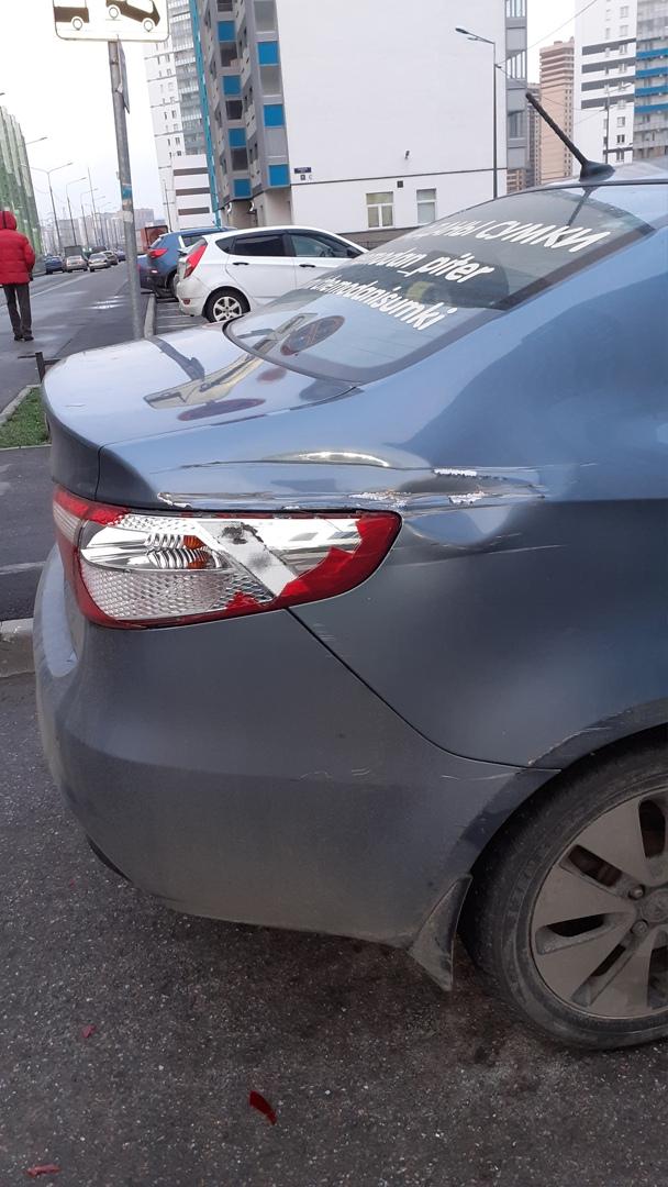 """Сегодня обнаружила свой автомобиль, припаркованный между 59/1 и 61 домами на Муринской дороге (ЖК """"..."""
