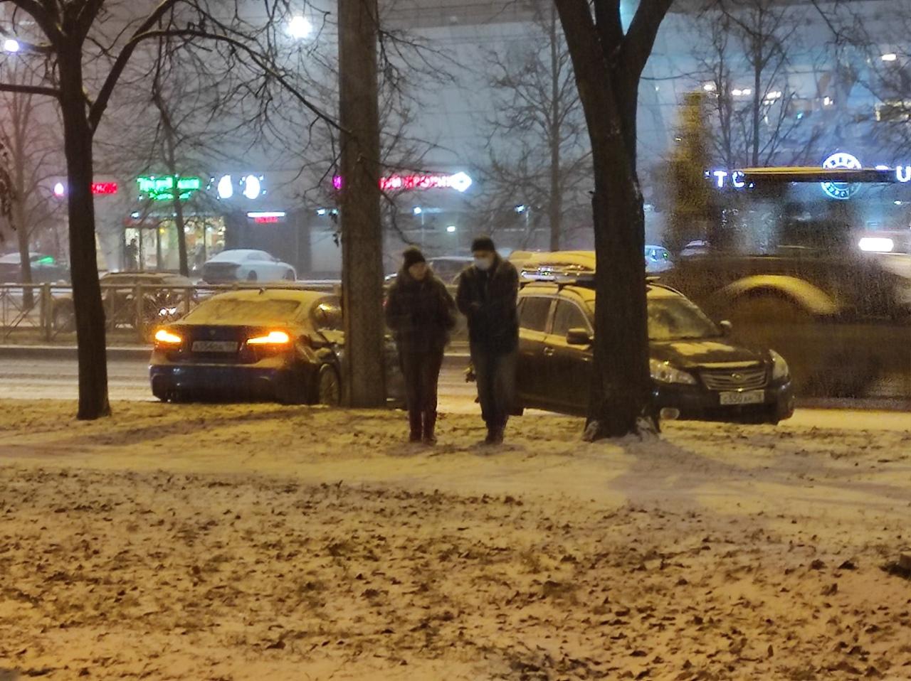 На проспекте Энгельса, у метро Озерки, в результате столкновения БМВ поймала столб.