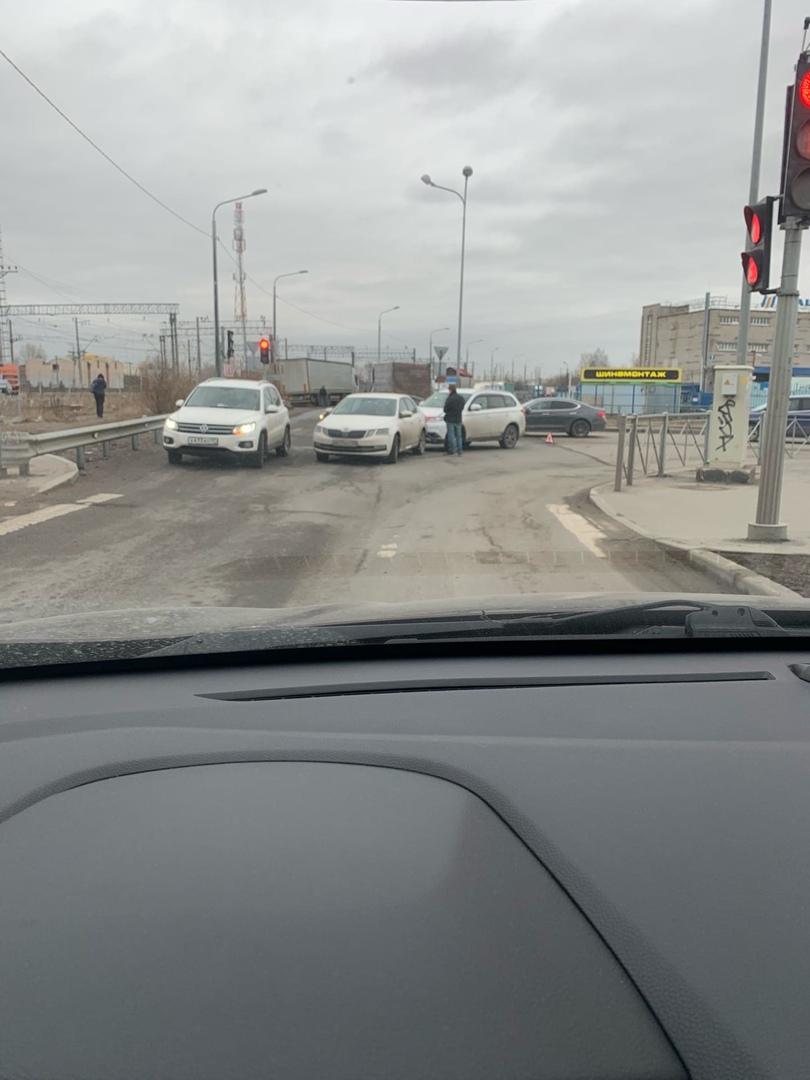На перекрёстке Зольной и Латышских Стрелков кроссовер приехал в зад Шкоды