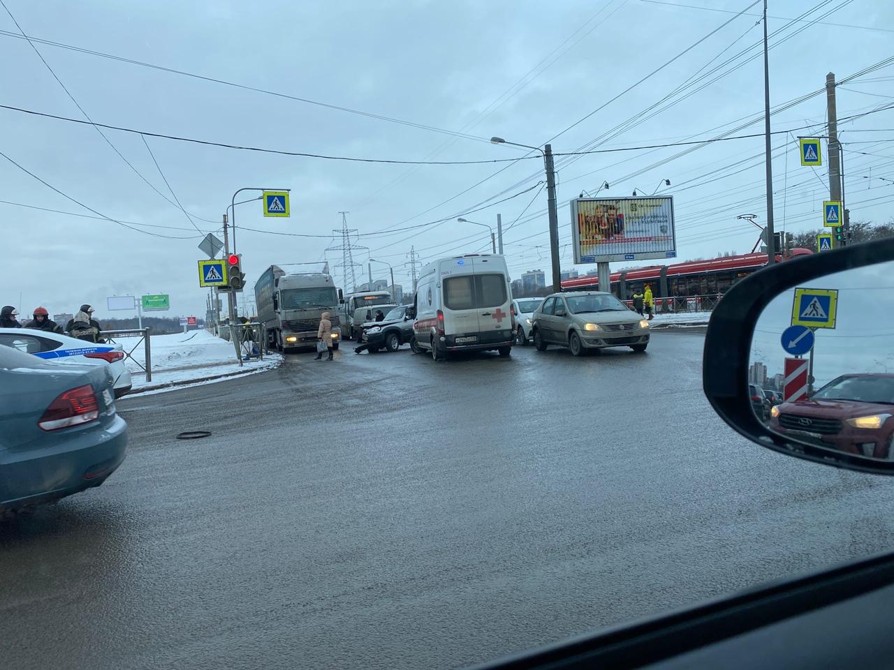На пересечении Германа и Петергофского шоссе дорогу не поделили Киа, Нива и грузовоз, пробки в обе с...