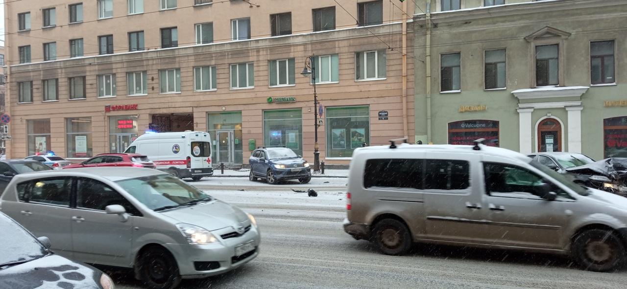 Mercedes и Volkswagen столкнулись на перекрёстке на Литейного и Фурштадской улицы. Перекрыта одна п...