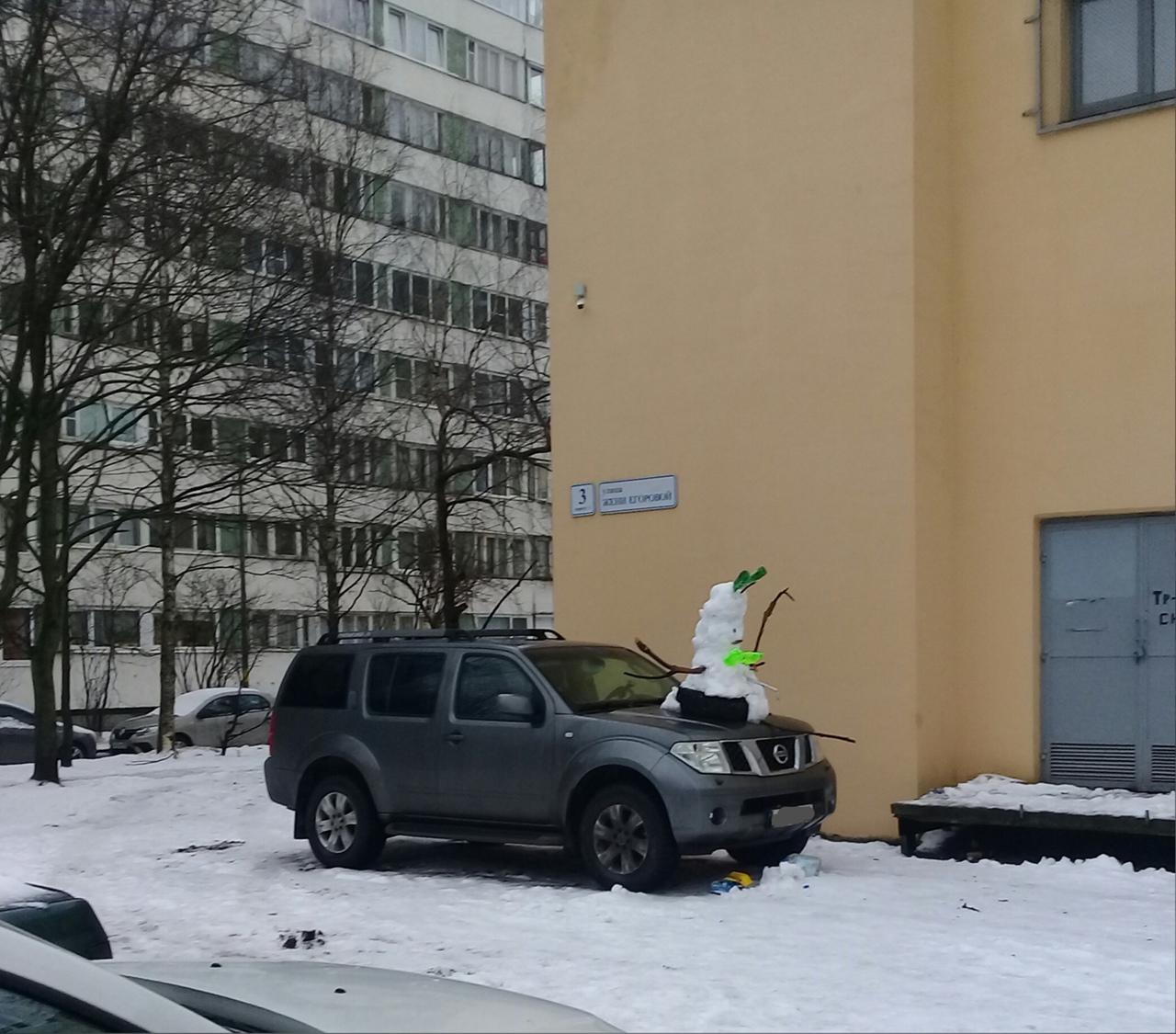 Зимний подарок кому-то на капоте на улице Жени Егоровой)