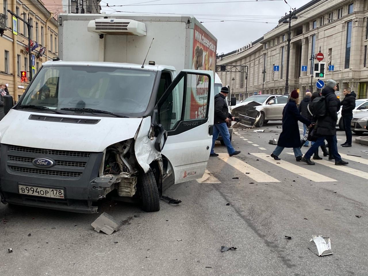На перекрестке Лиговского проспекта и Кузнечного переулка Газель с чизкейками снесла бампер Audi