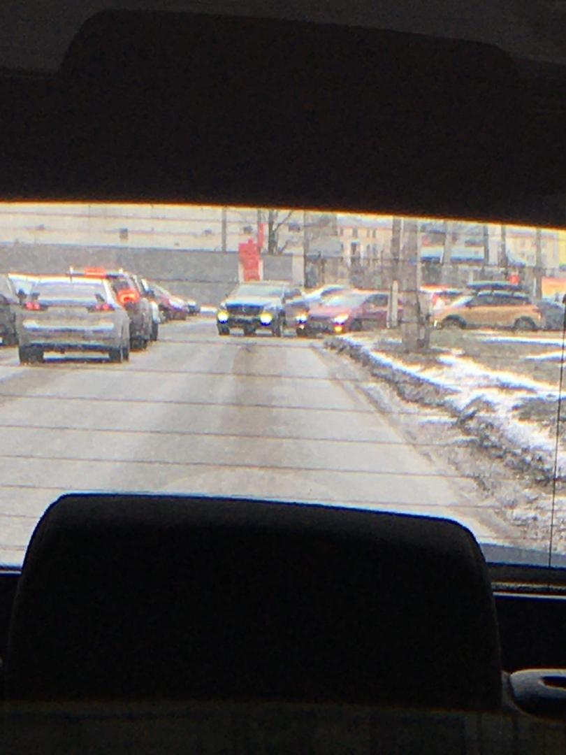 Съезд с Кантемировского моста на Выборгскую набережную. Mercedes очень нагло лез, никто его не пуска...