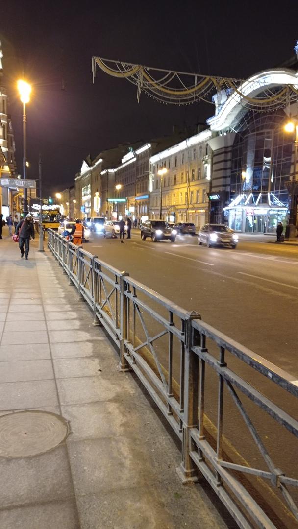 Сбили человека на Московском рядом с Сенной площадью вне зоны п/п. Признаки жизни подавал.