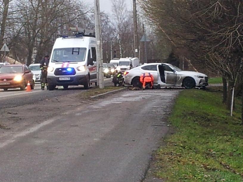 Машину Genesis G70 достали из пожарного пруда, водитель вроде в адекватном состояние, пожарные уехал...