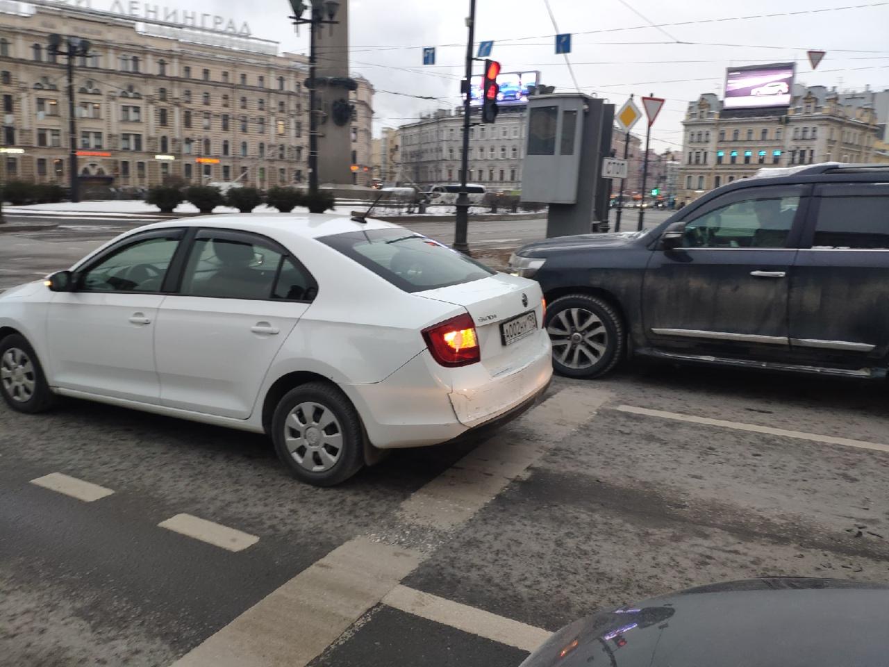 В 11.40, на Лиговском, перед светофором у Московского вокзала, парнишка на синем Киа Рио собрал паро...