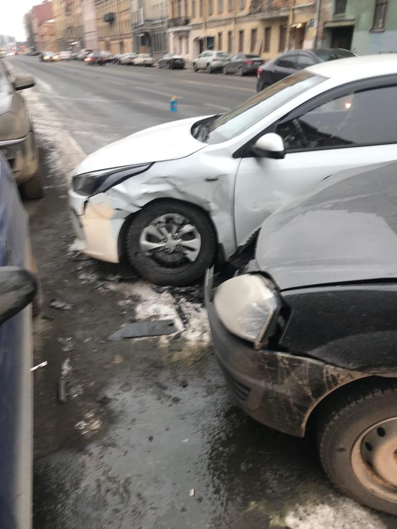 На Рузовской у дома 10 таксист решил развернуться и не пропустил Ларгус.