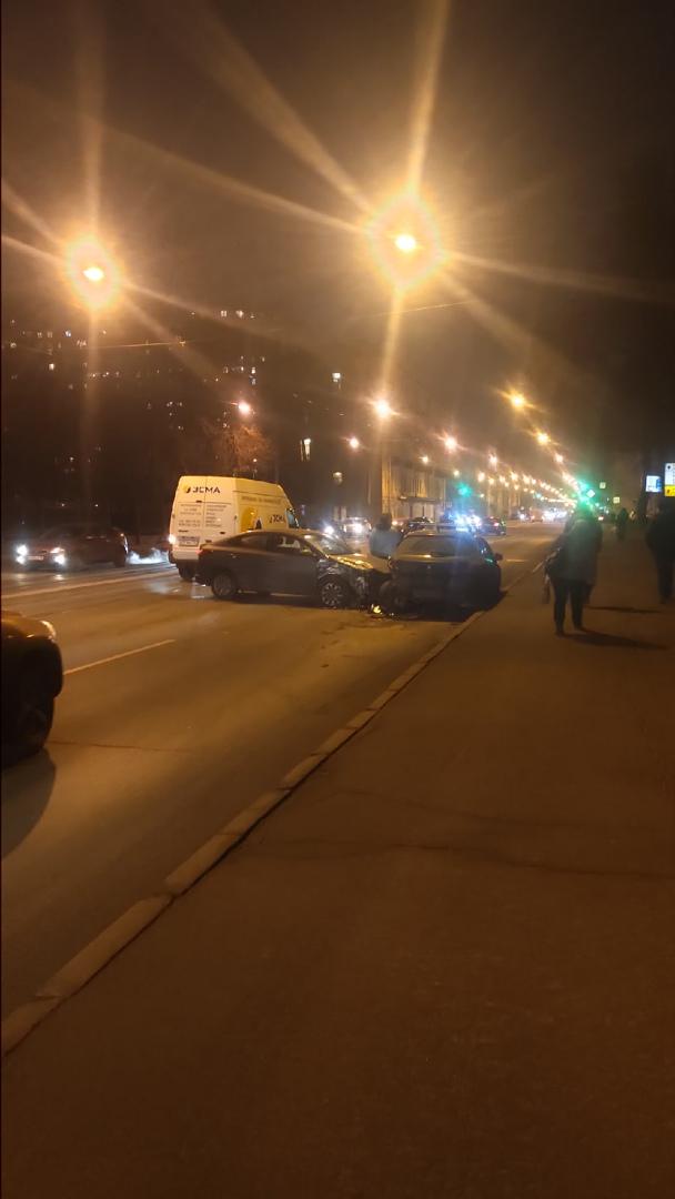 На Обуховской обороны 51 в результате аварии пострадала припаркованная машина. Объезд по встречке.