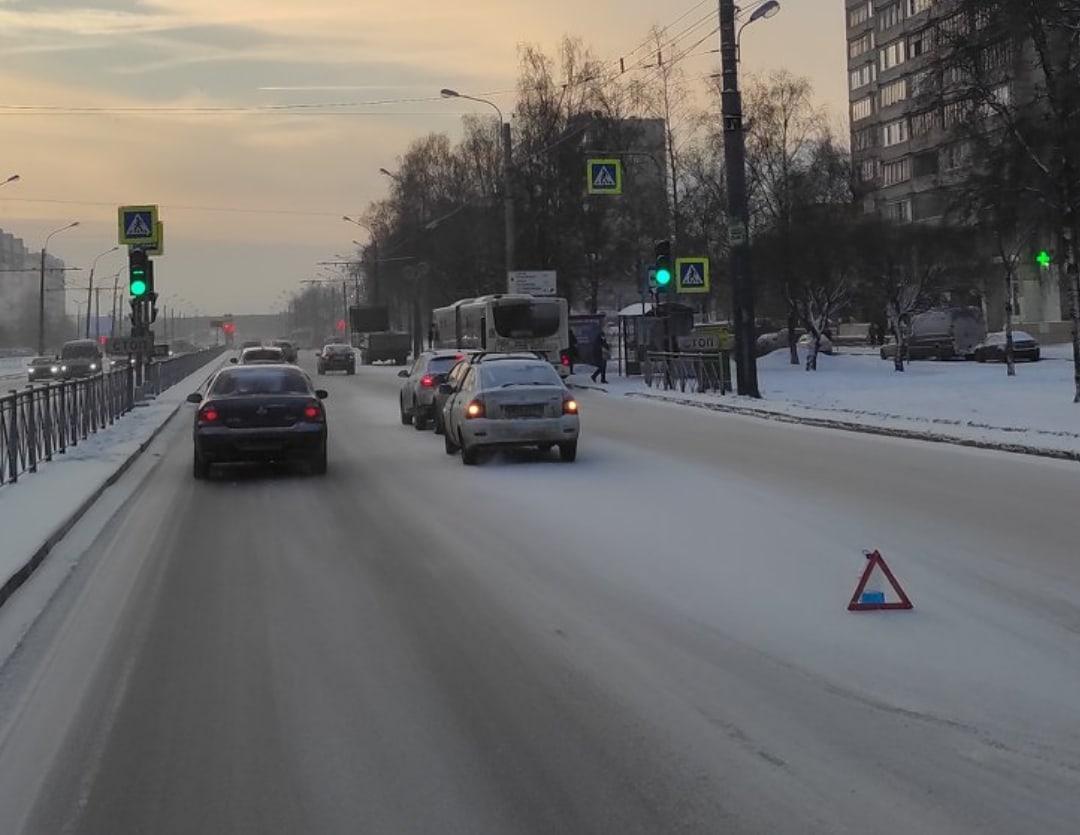 На Большевиков, в сторону Крыленко, паравозик из трёх машин.