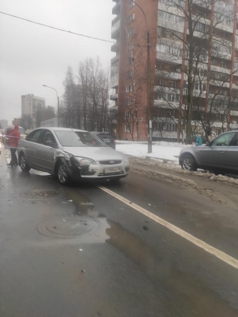 Авария на выезде со двора на Учительскую улицу. Учительская в сторону Светлановского проспекта стоит...