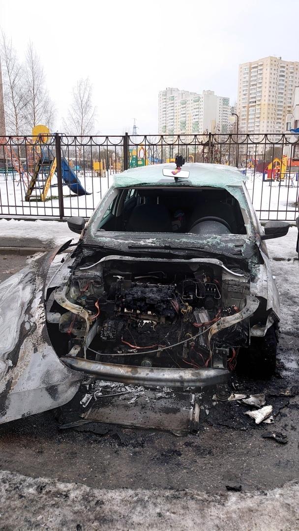 В Шушарах на Вишерской 22 сгорела машина каршеринга.