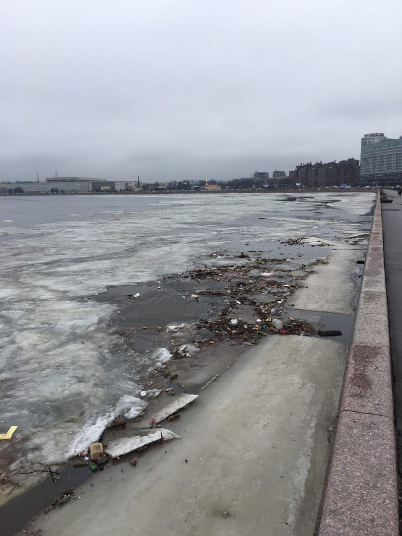 Не ДТП, но похоже масштаб ЧП. Река Нева, Свердловская набережная, напротив дома 64.
