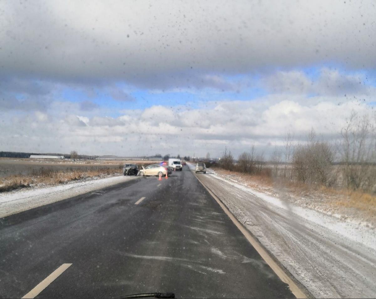 Лобовое ДТП на Ям-Ижорском шоссе в районе реки Попова Ижорка. В аварии есть пострадавшие и по некото...