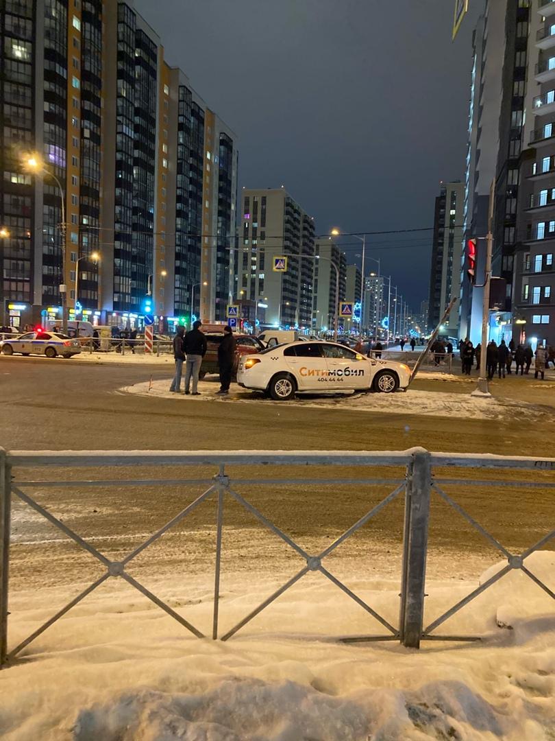В городе Мурино на пересечении Шувалова и Менделеева СитиМобил был вынужден высадить пассажиров, при...