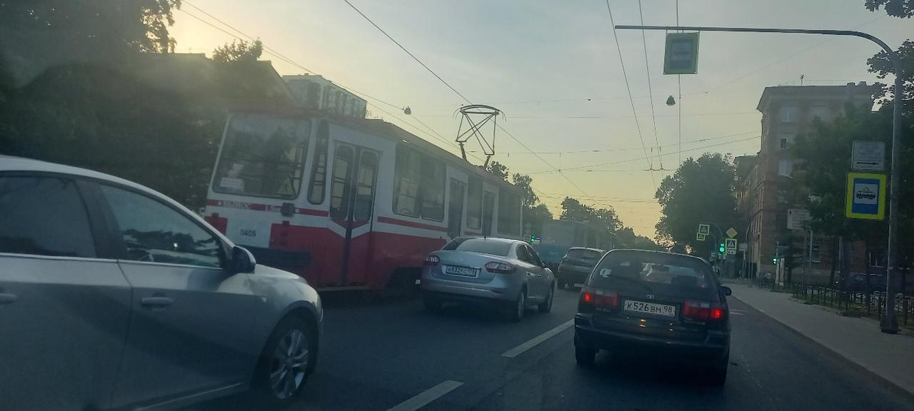 На пересечении Перфильева и Энгельса на трамвай упало дерево. Трамваи и тролейбусы стоят, объезд по...