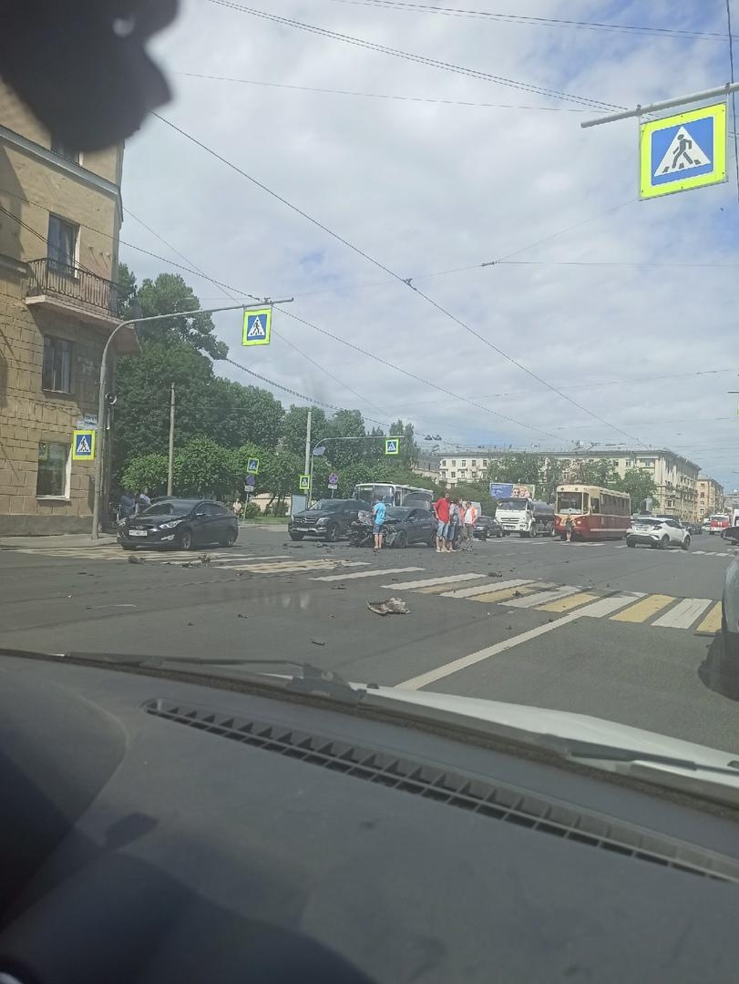На перекрестке Панфиловой улицы и Среднеохтинского проспекта страшное дтп. О состоянии водителей н...