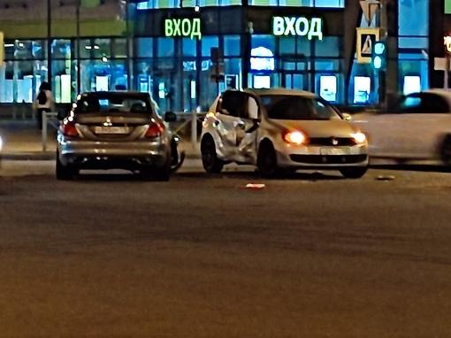 Mercedes и Volkswagen столкнулись на перекрёстке Богатырского и Сизова. ДПС и скорых ещё нет