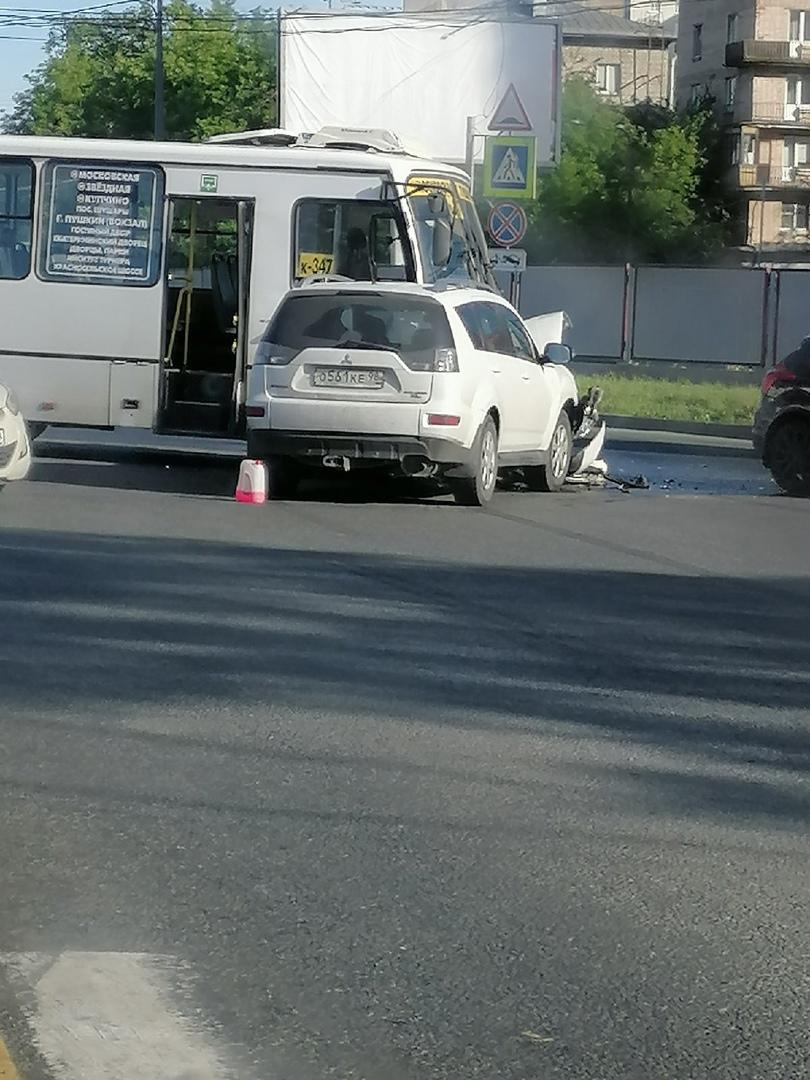 Перекрёсток Дунайского и Московского. Проезду немного мешают, но пробки пока нет.