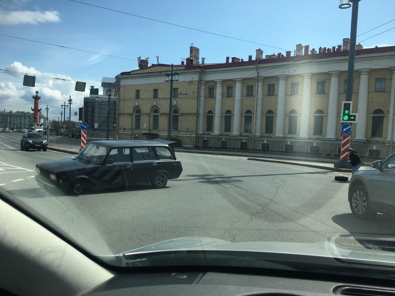 На стрелке Василевского острова при повороте четвёрка потеряла колесо.