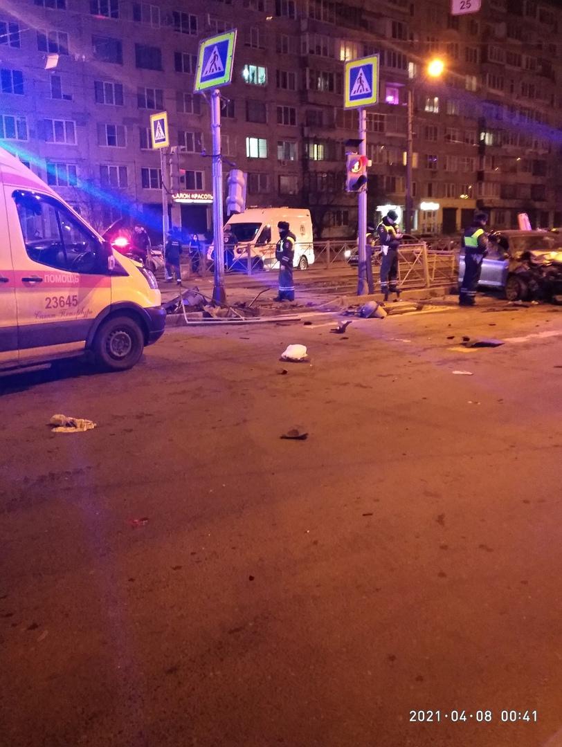 Две легковушки столкнулись на перекрёстке Купчинской и Ярослава Гашека. Все службы на месте.