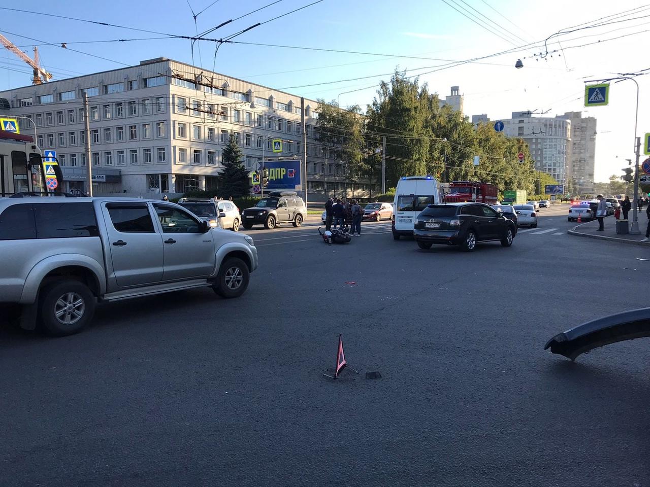 На перекресткетНовосибирской и Торжковской водитель автомобиля Skoda при повороте налево, не предос...