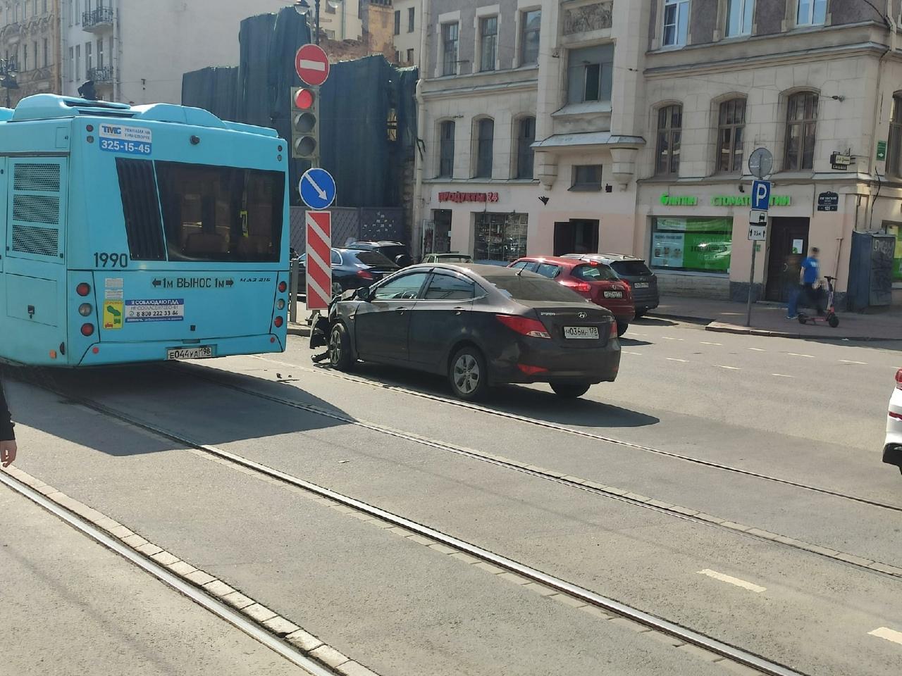 Общественный транспорт скопился на Лиговском проспекте из-за аварии.