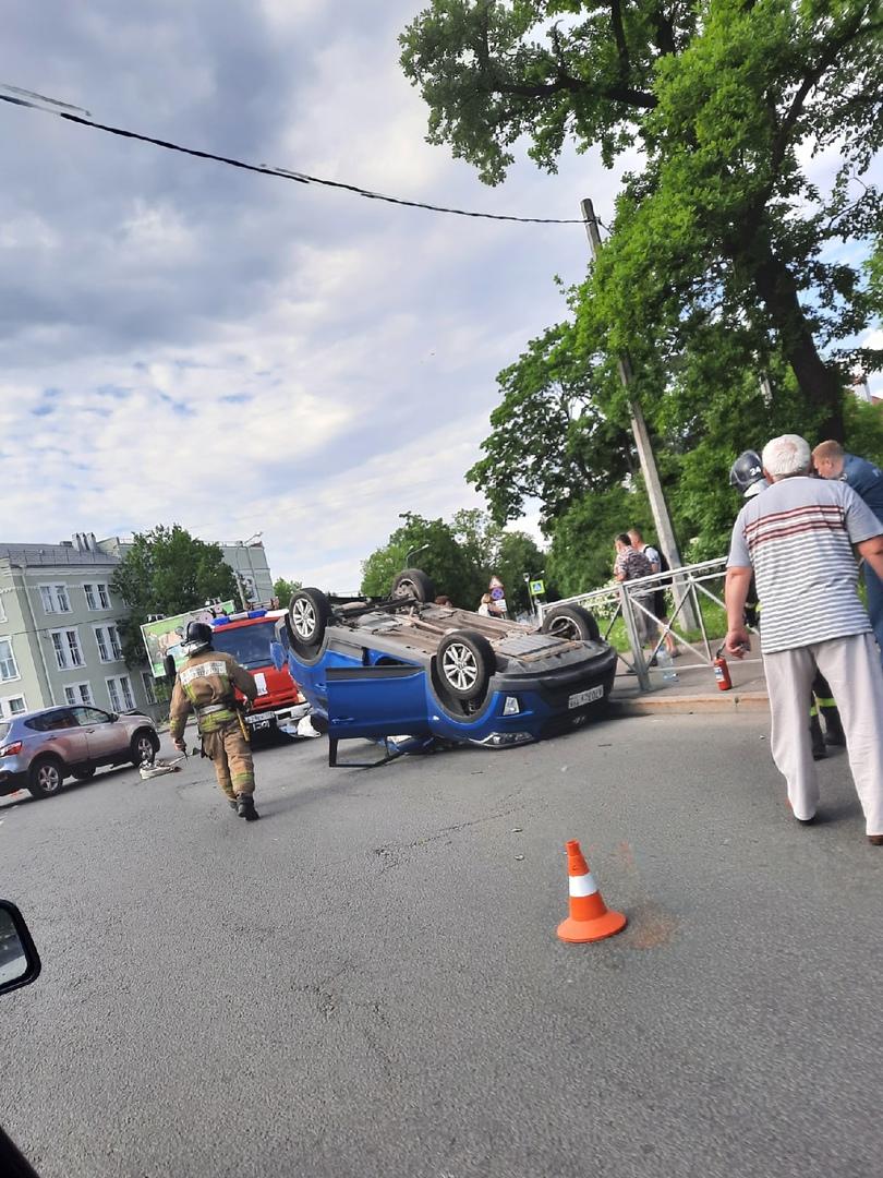 Hyundai перевернулся на улице Аврова, напротив 416 школы в Петергофе
