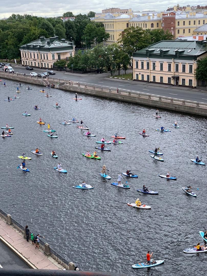 Шестой по счету праздник спорта «Фонтанка-SUP» начался в Петербурге в районе Марсова поля у 2-го Сад...