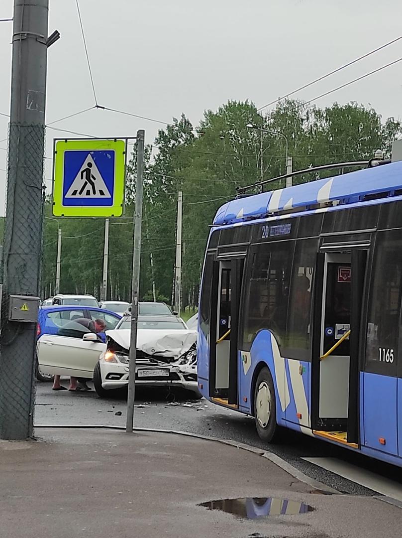 На перекрёстке проспекта Ветеранов и улицы Козлова , автомобиль догнал троллейбус. Проезд перекрестк...