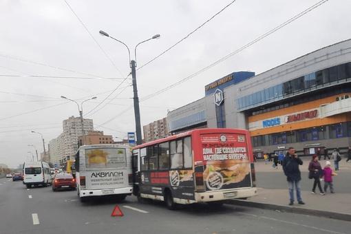 """Битва за пассажиров, у метро """"Проспект Просвещения"""", закончилась обоюдным поражением."""