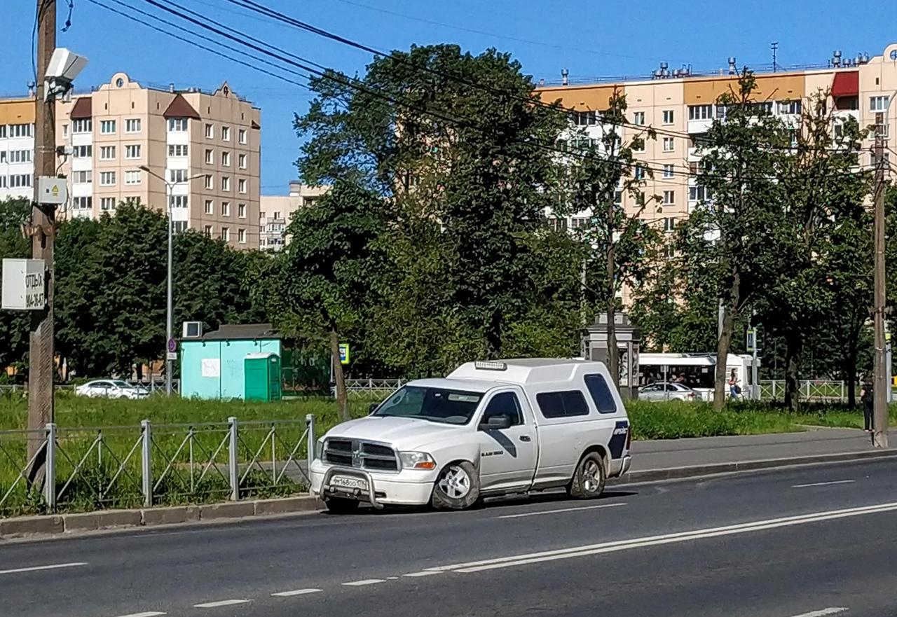 На Шлиссельбургском проспекте одинокий Dodge взгрустнул под присмотром камеры контроля скорости.