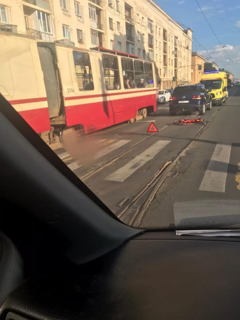 Напротив метро Удельная сбили велосипедиста, велосипед всмятку.