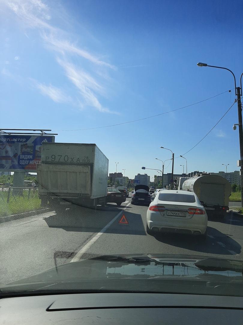 На Королёва 20 nexia подлезла под грузовичок.
