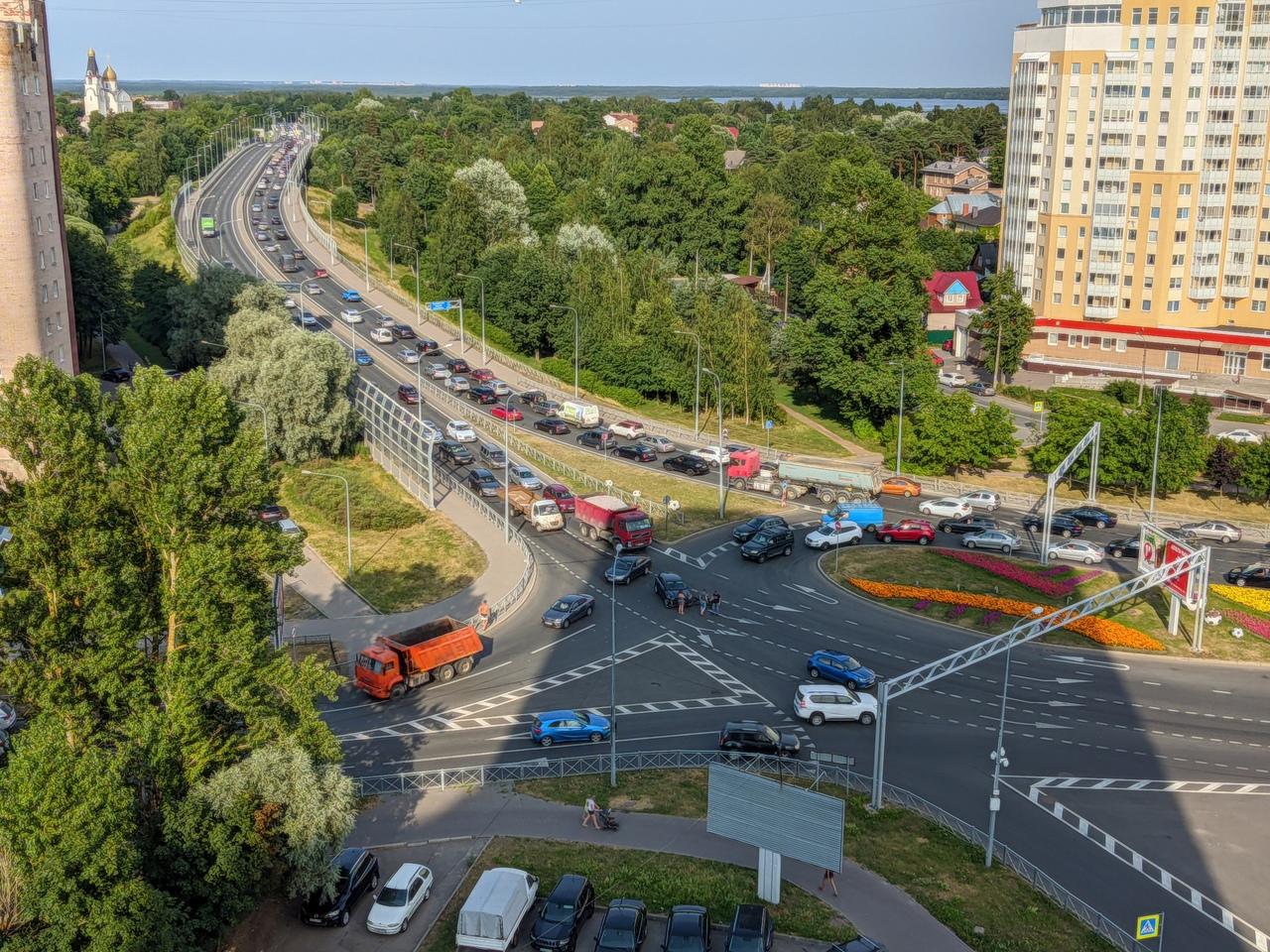 В Сестрорецке оторвали бампер при неудачном перестроении, В сторону города тоже намечается пробища....
