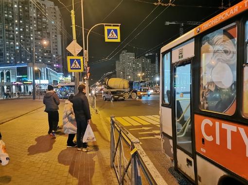 Авария у метро Пионерская, на Коломяжском проспекте, проезд затруднен, 25 маршрут троллейбуса встал...