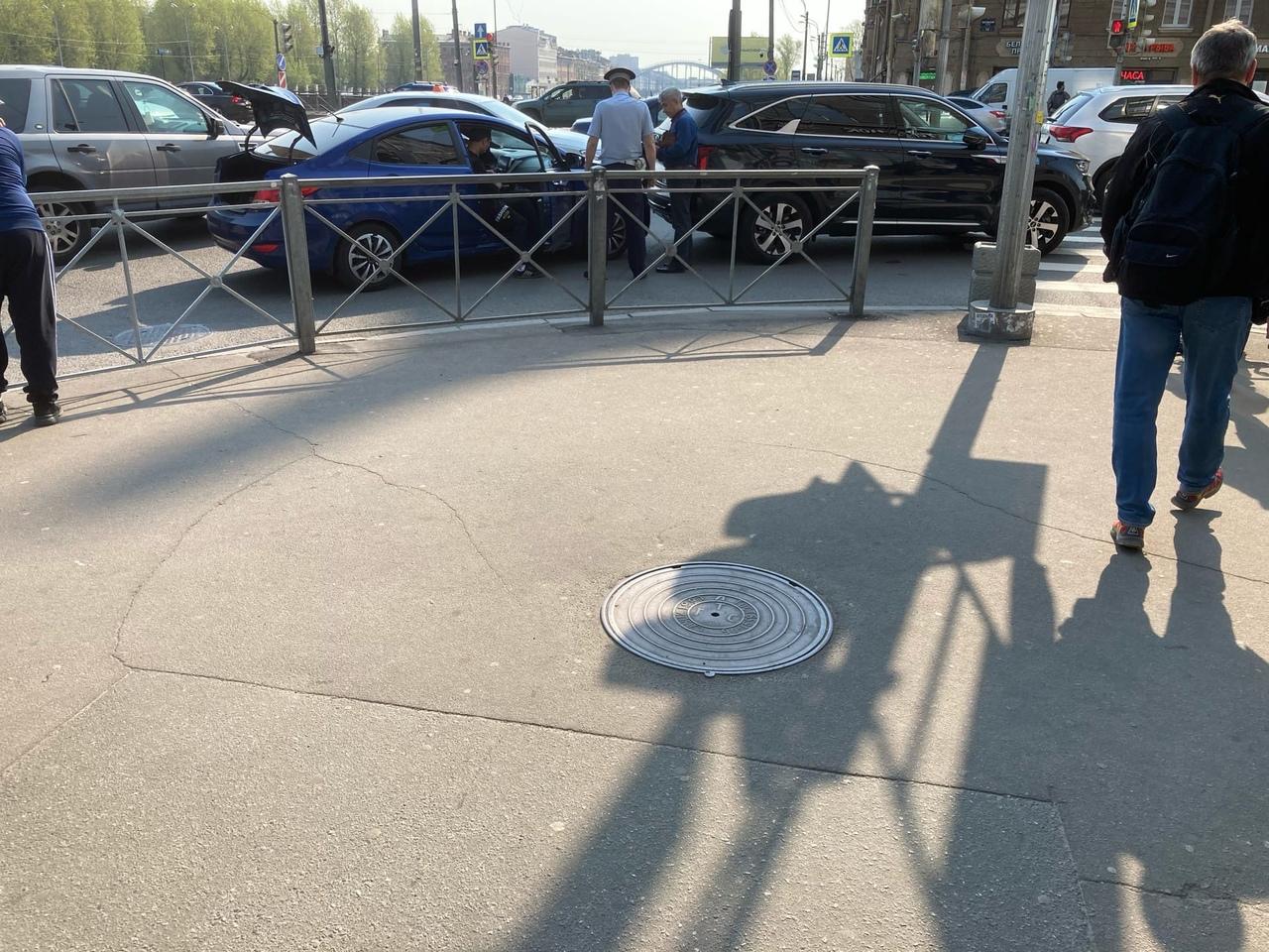 В летнее жаркое утро товарищ инспектор оформляет ДТП на повороте с Обводного канала на Лиговский про...