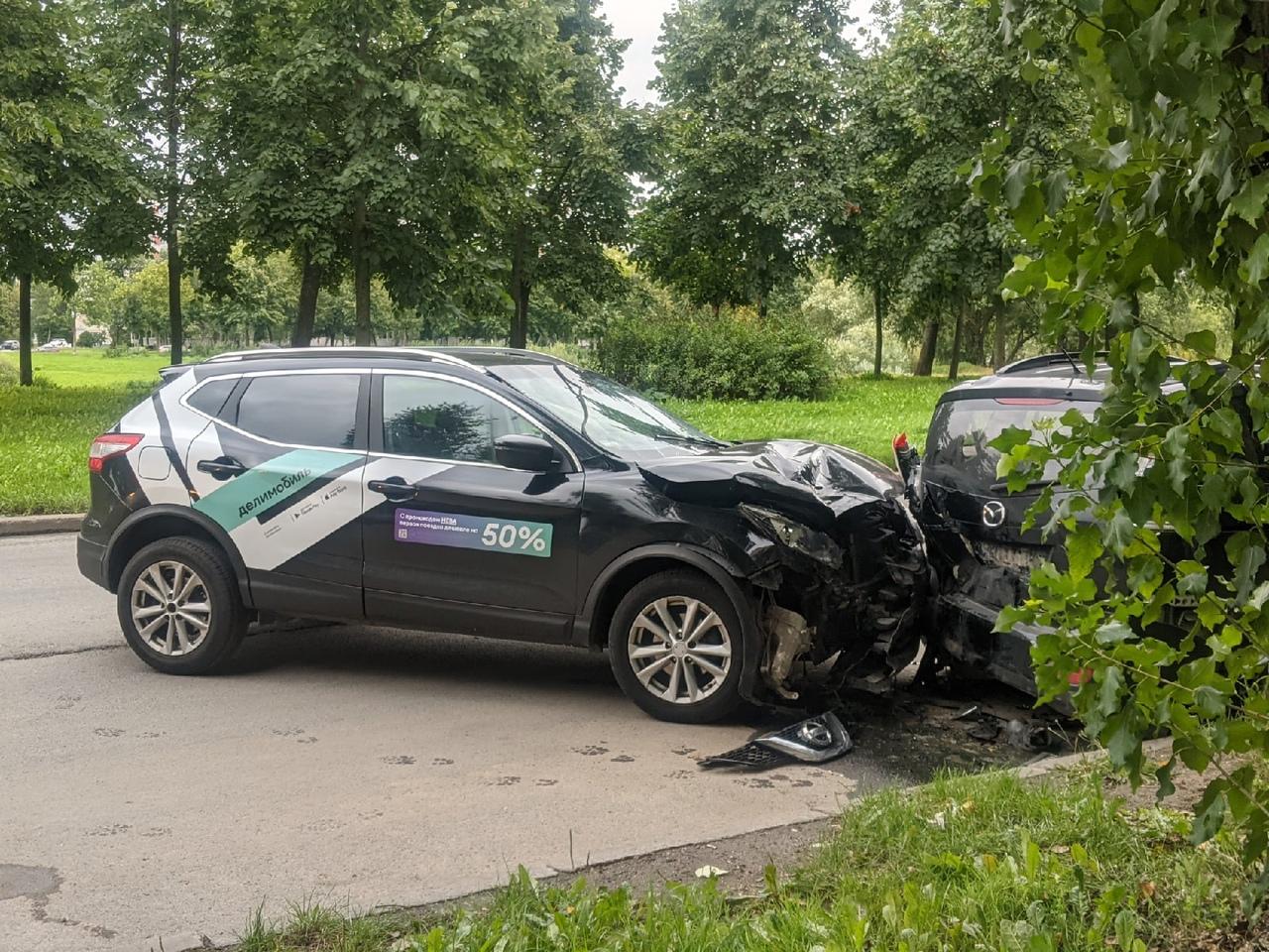 Делимобил въехал в припаркованные машины, снёс целый ряд. На улице Здоровцева, возле дома 27 корпус...