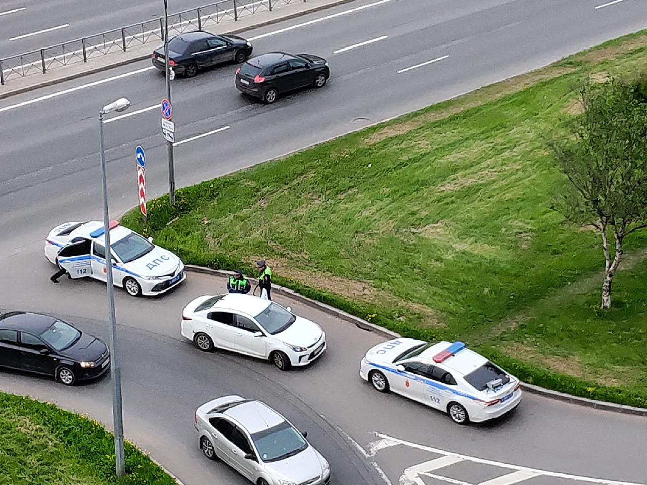 На съезде с Дунайского моста, у кармана, задержан белый легковой автомобиль несколькими машинами ГАИ...