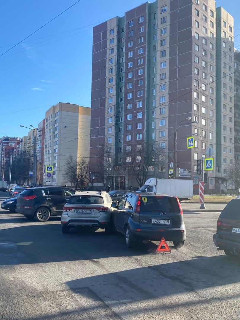 Киа и Nissan поцеловались на перекрёстке Захарова и Десантников