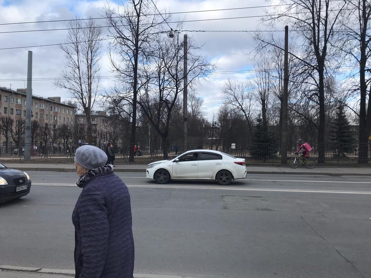 На Седова, перед перекрестком с проспектом Елизарова судя по всему стоит сломанная КИА без аварийки ...