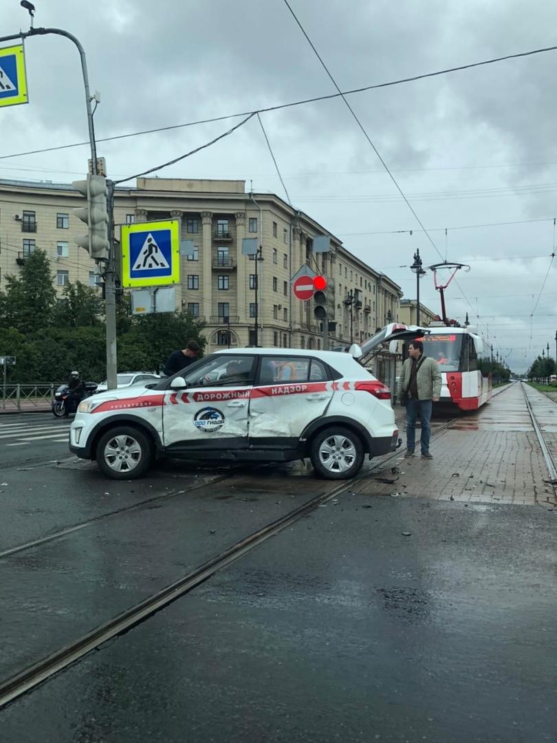 На перекрестке ул. Фрунзе и Московского пр. девушка на белом автомобиле влетела в дорожный надзор