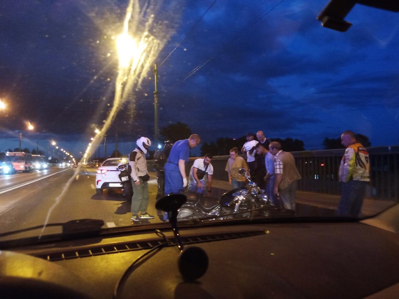 Мотоциклист пострадал на Невском путепроводе, много крови, реанимация. Кто прав, а кто виноват не з...