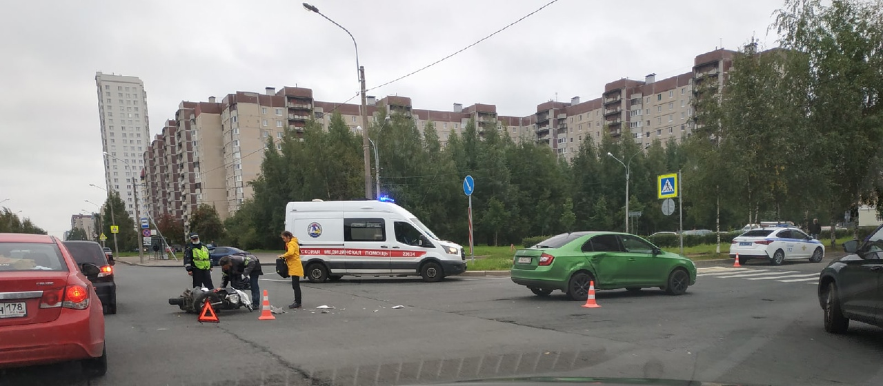 Мопед и Skoda встретились на перекрестке Камышовой и Туристской