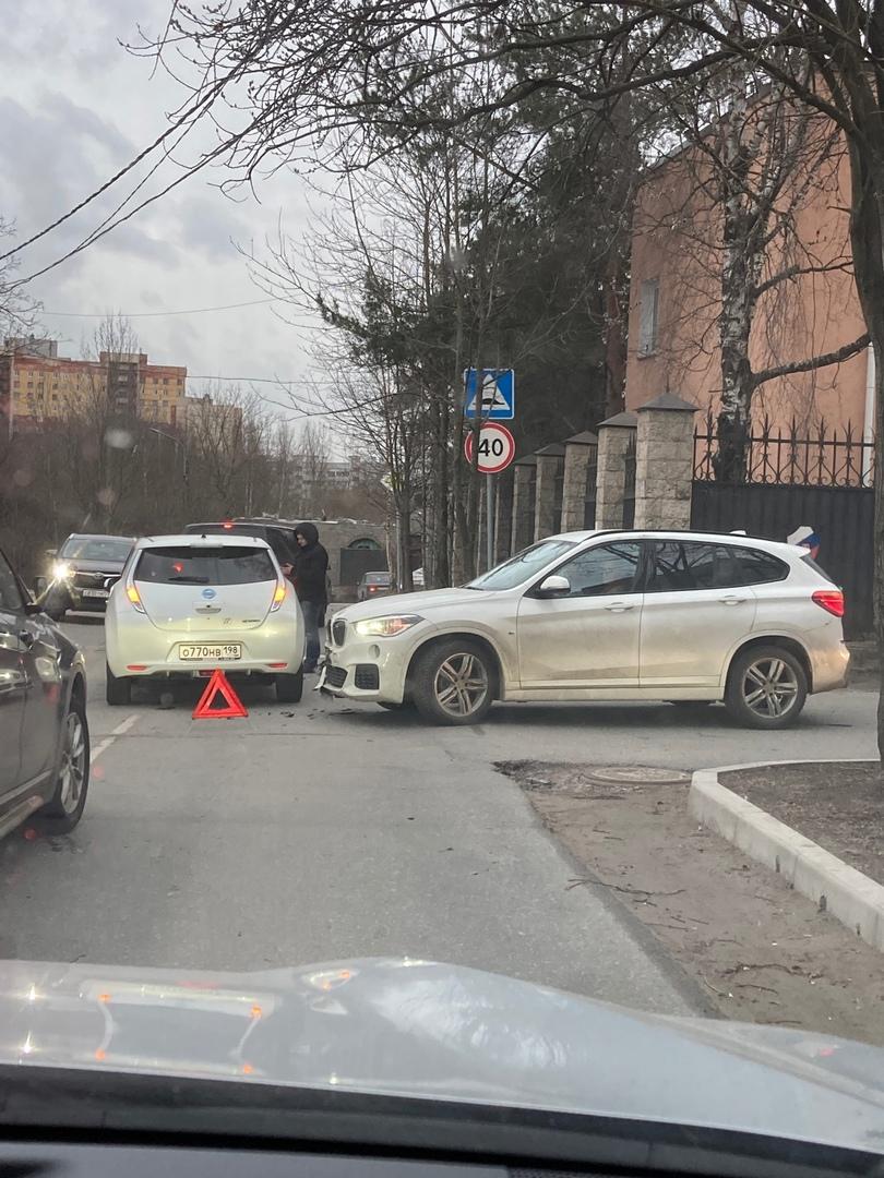 на Главной улице Nissan Leaf, двигаясь по главной дороге, неожиданно встретился с BMW X5. Служб нет,...
