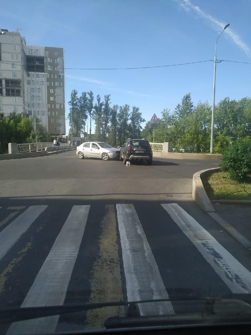 Авария на перекрестке Матроса Железняка и набережной Чёрной речки.