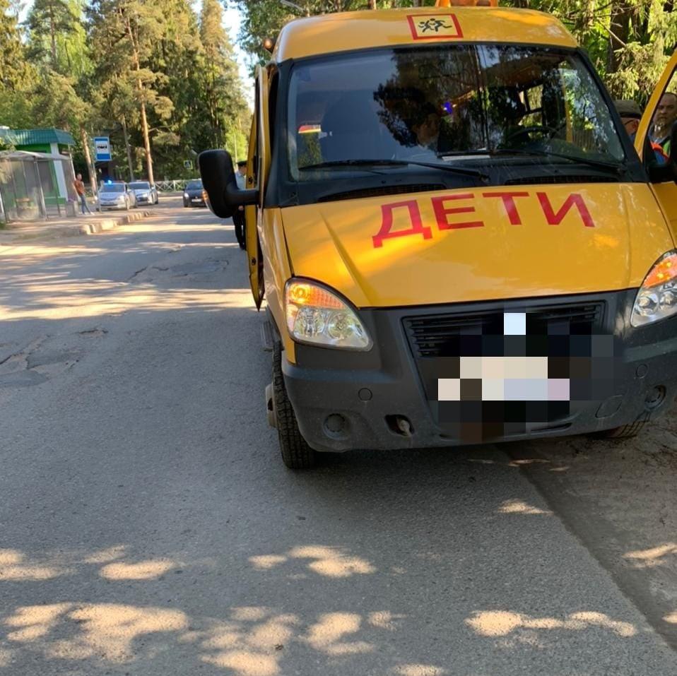 В день защиты детей таксист не пропустил школьный автобус во Всеволожске, пострадали дети В 8 ча...